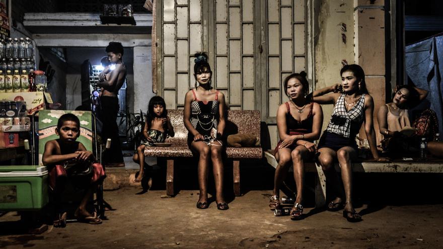 Mujeres sentadas a las puertas de un burdel en las afueras de la ciudad de Siem Reap, Camboya en 2015.