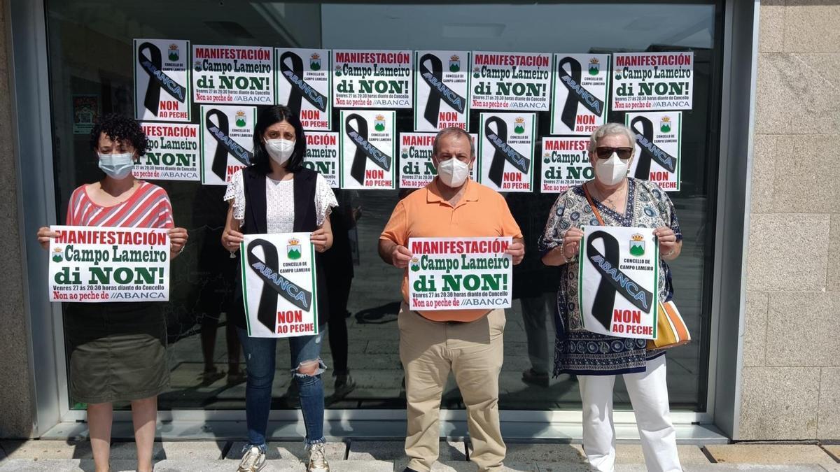 Crespones negros en protesta contra el cierre de la sucursal bancaria en Campo Lameiro
