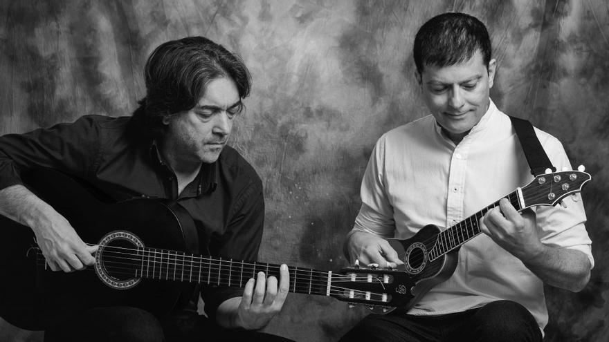 Ramos y Cabrera, con guitarra y con timple, en una imagen promocional