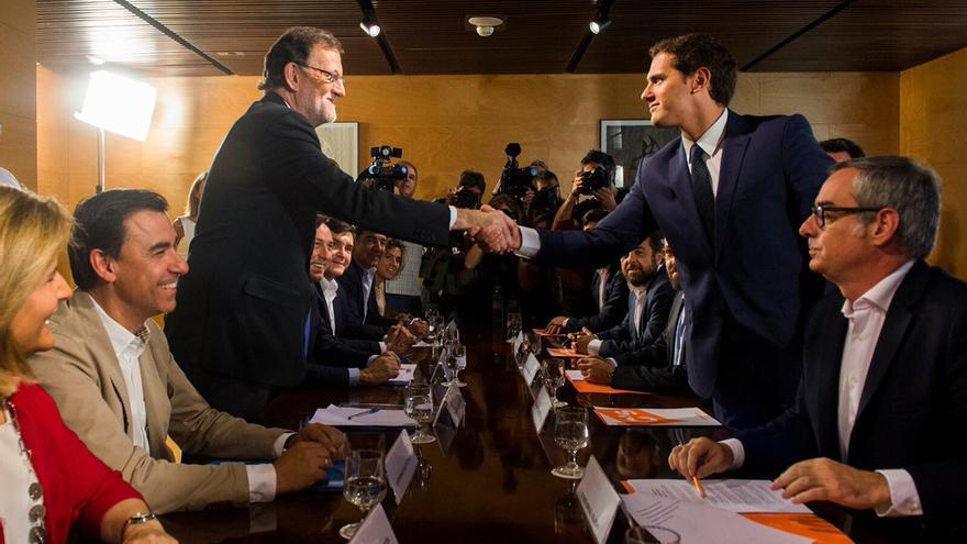 Rajoy y Rivera se dan la mano en la presentación del acuerdo hace un año.