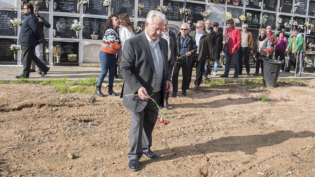 Antonio Deza, portavoz de Dejadnos Llorar, en un homenaje a los represaliados en la fosa de La Salud   TONI BLANCO