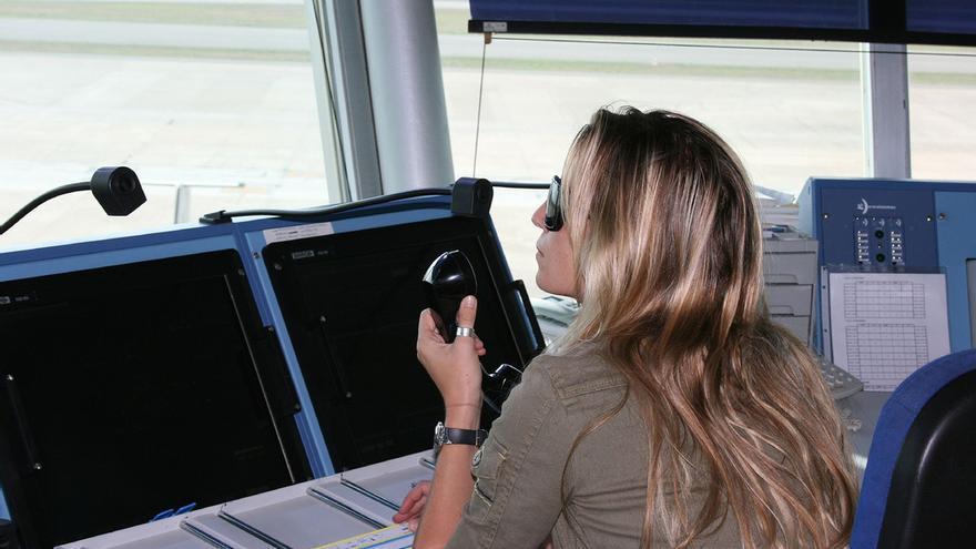 Una controladora aérea en la torre de Ibiza. JOF