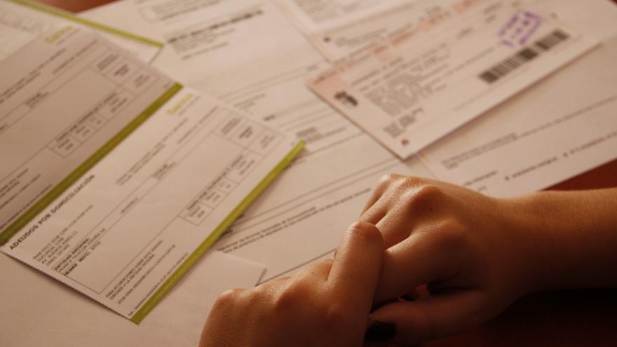 Natalia (nombre ficticio) revisa las facturas del mes. \ S.P.