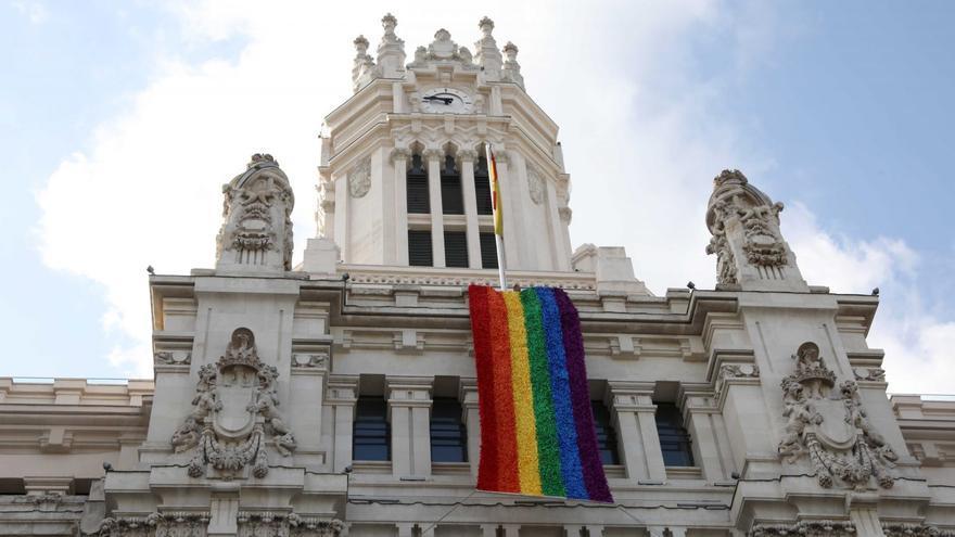 La bandera arcoíris cuelga del palacio de Cibeles durante la celebración del Wold Pride 2017
