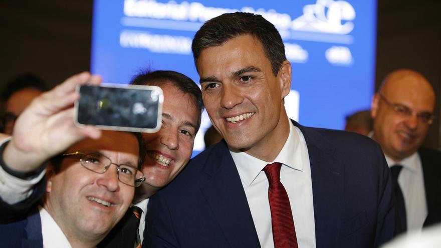 Pedro Sánchez colabora con un 'selfie' de uno de los asistentes de su desayuno informativo en Las Palmas de Gran Canaria.