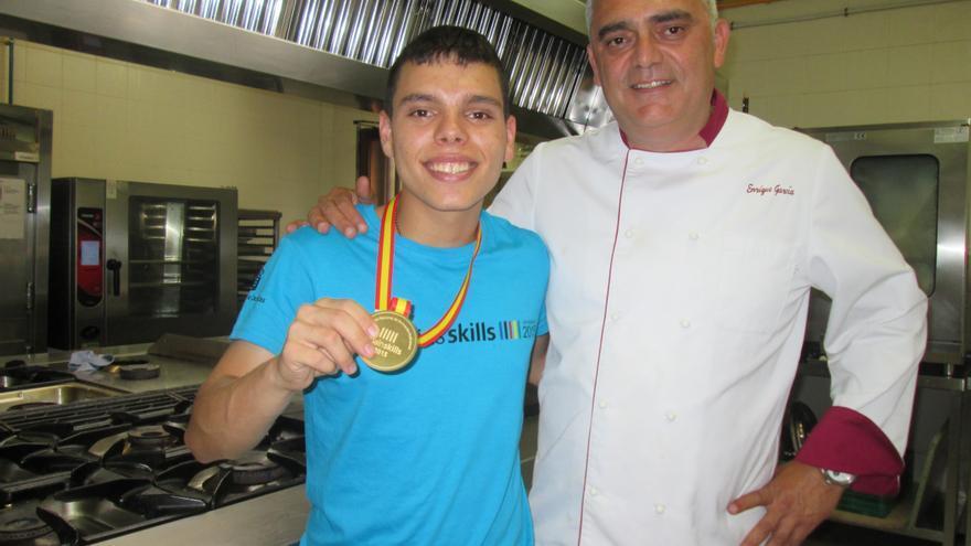 William Lorenzo muestra la medalla de oro junto a su profesor Enrique García, este lunes. Foto: LUZ RODRÍGUEZ.