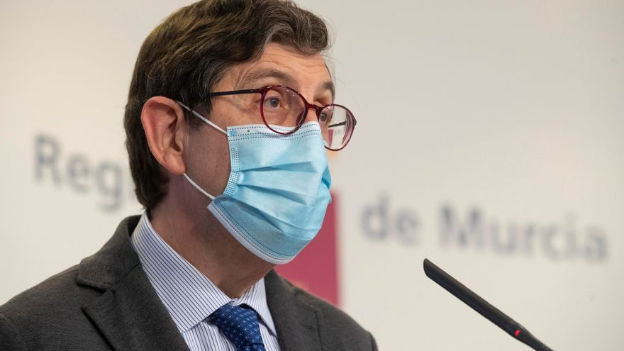 """El consejero de Salud de Murcia admite haberse vacunado """"como sanitario"""" contra la COVID-19"""