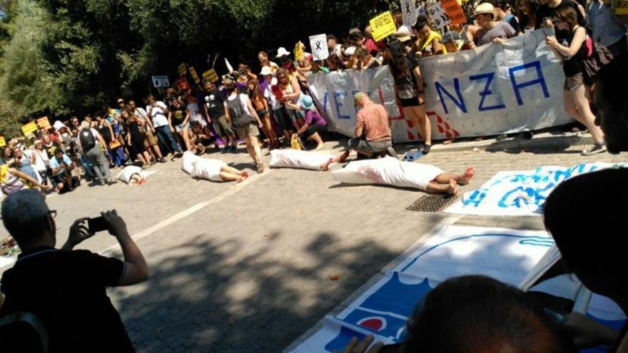 Miembros de la Caravana a Grecia realizan una performance frente a la embajada española.