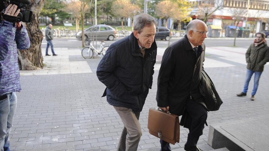 Gurutz Larrañaga y su letrado, Miguel Alonso,