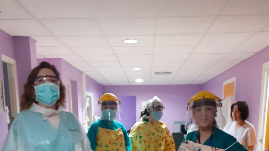 Cuando las batas se agotan, en el Hospital de Guadalajara tiran de hules, bolsas de basura...