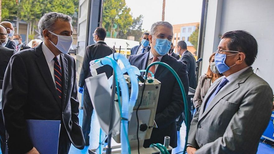 Fotografía cedida por el ministerio de Salud de Colombia que muestra al Presidente colombiano Iván Duque (c) el Embajador de EE.UU. Colombia, Philip Goldberg (i) y al Ministro de Salud de Colombia Fernando Ruiz este miércoles en Bogotá (Colombia) durante el acto de entrega de 200 ventiladores donados por Estados Unidos.