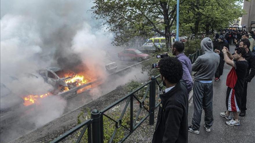 Trece detenidos en la quinta noche de disturbios en la periferia de Estocolmo
