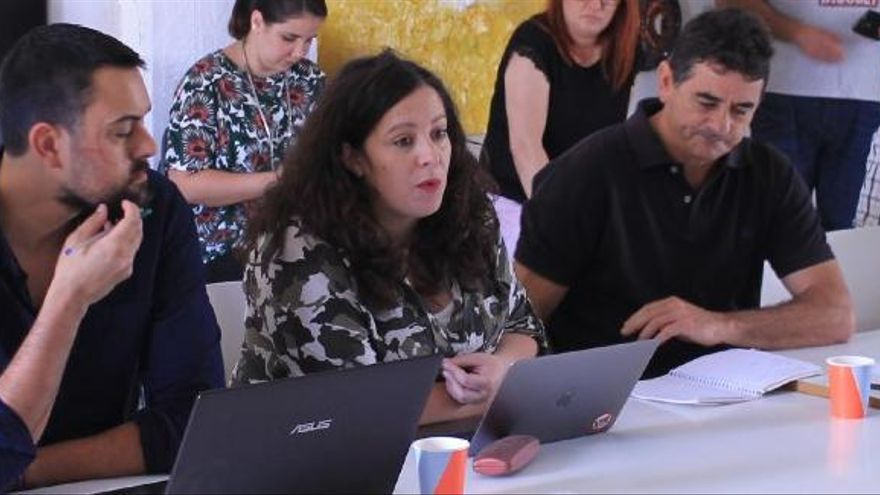 La eurodiputada de Podemos Estefanía Torres en una reunión en Tenerife