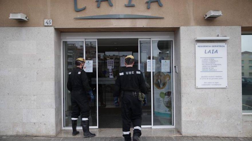 La UME desinfecta tres residencias de Mataró tras la muerte de varios ancianos por COVID-19