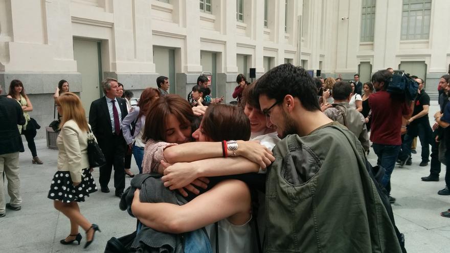 Miembros de Ahora Madrid celebran la investidura de Manuela Carmena. / A.R.