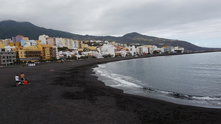 Panorámica de la playa de Santa Cruz de La Palma, este miércoldes, con los primeros usuarios. Foto: LUZ RODRÍGUEZ.