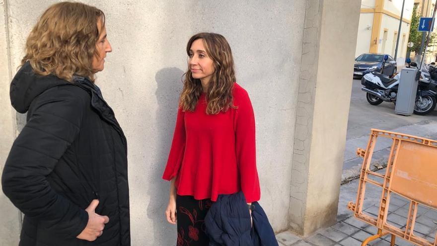 Isaura Navarro, a la derecha, y la directora general Ofèlia Gimeno, en la entrada del recinto de Zapadores momentos antes de su visita a R. Y.