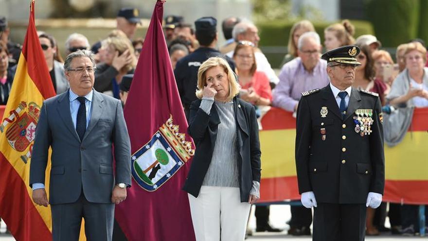 Mari Mar Blanco entrega la bandera a la Jefatura de Policía de Madrid