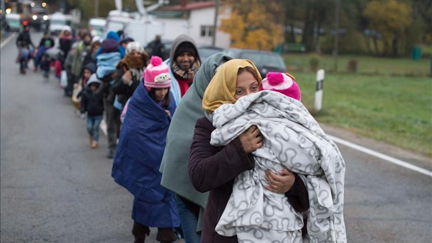 Un grupo de inmigrantes caminan tras cruzar la frontera entre Alemania y Austria en Passau (Alemania).
