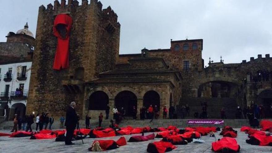 Performance en contra la violencia de género en la Plaza Mayor de Cáceres / @CesarJRamos
