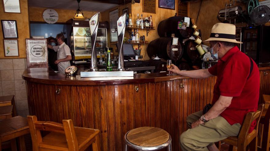 Andalucía decreta el cierre de bares de copas y prohíbe fumar en la calle