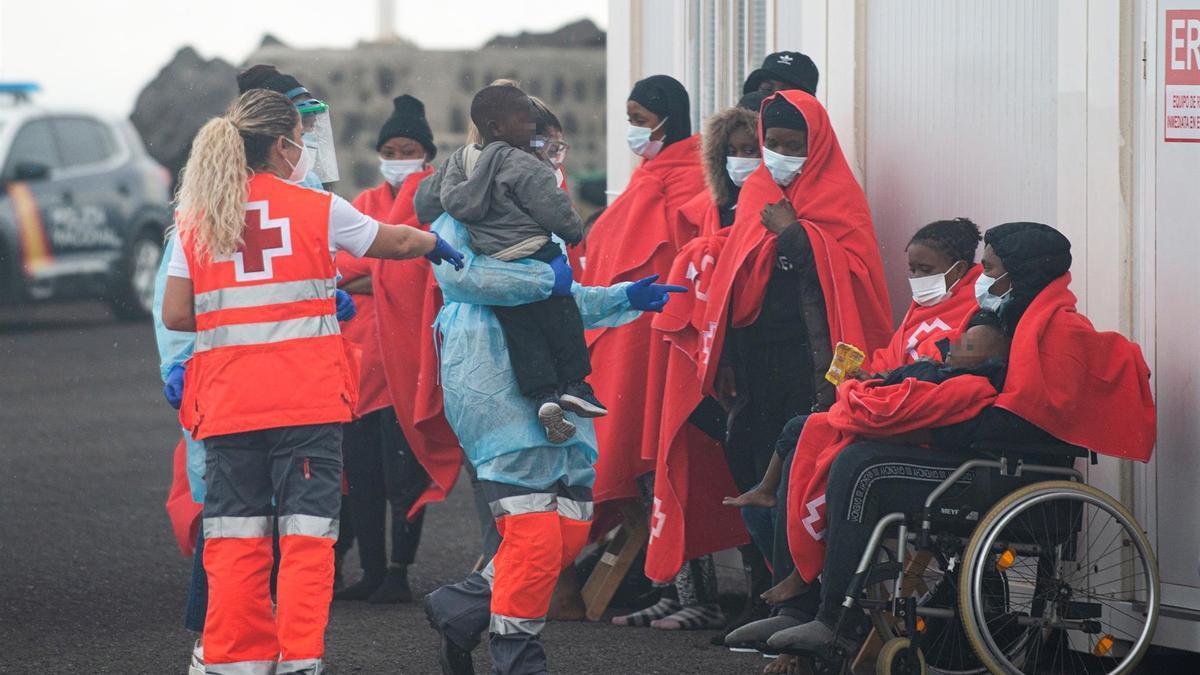Efectivos de emergencias atienden a un grupo de personas a su llegada al puerto de Arrecife, tras ser rescatadas por Salvamento Marítimo de una lancha neúmática.