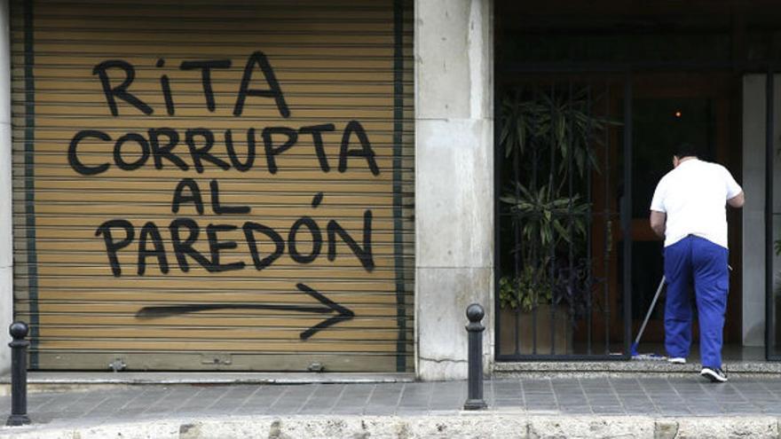 Las pintadas que han aparecido en el domicilio de la exalcaldesa de Valencia, Rita Barberá