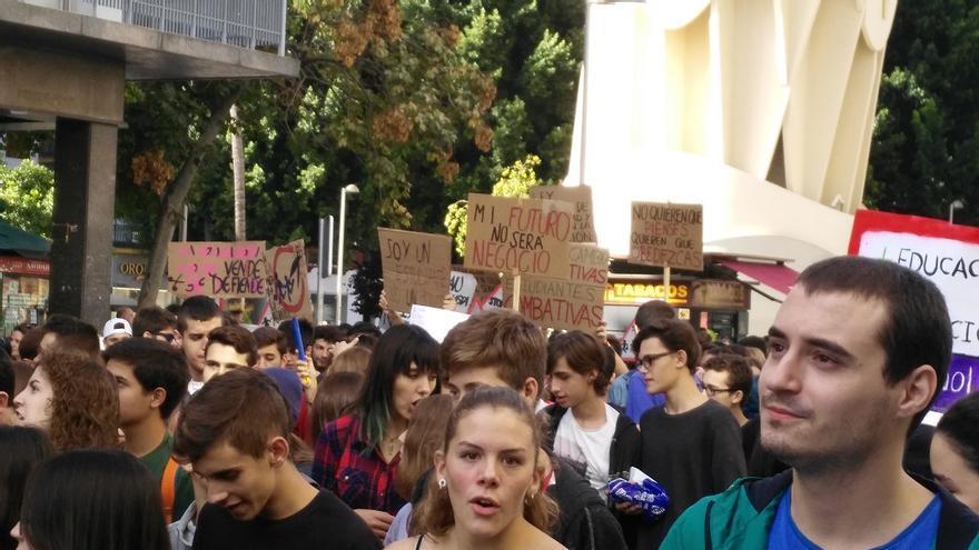 Parte de la manifestación de estudiantes de Sevilla. / Javier Ramajo