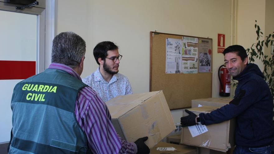 La Guardia Civil entrega paquetes de material para las viseras.