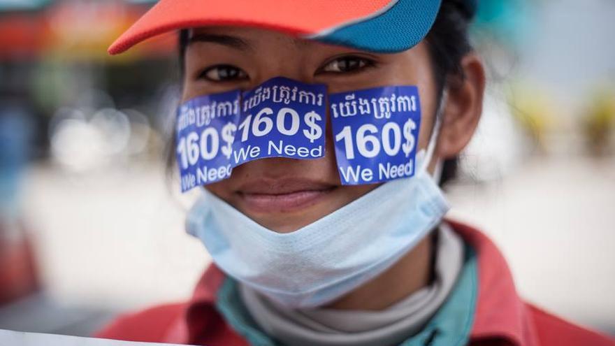 Una trabajadora camboyana posa con etiquetas de ropa en la cara. Foto: Community Legal Education Center