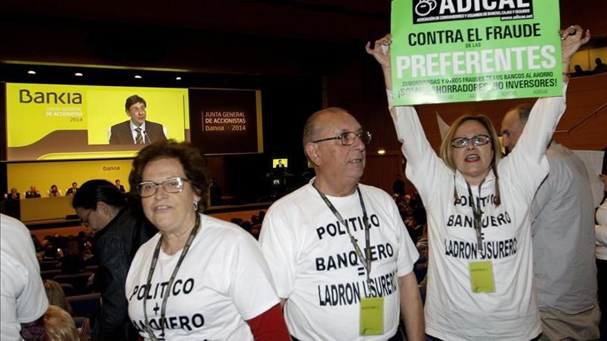 Los afectados por hipotecas y preferentes protestan en la Junta de Bankia