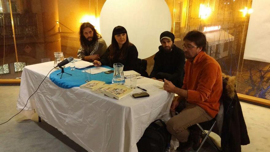 Juan Rodríguez, primero por la derecha, en la presentación del libro en A Coruña