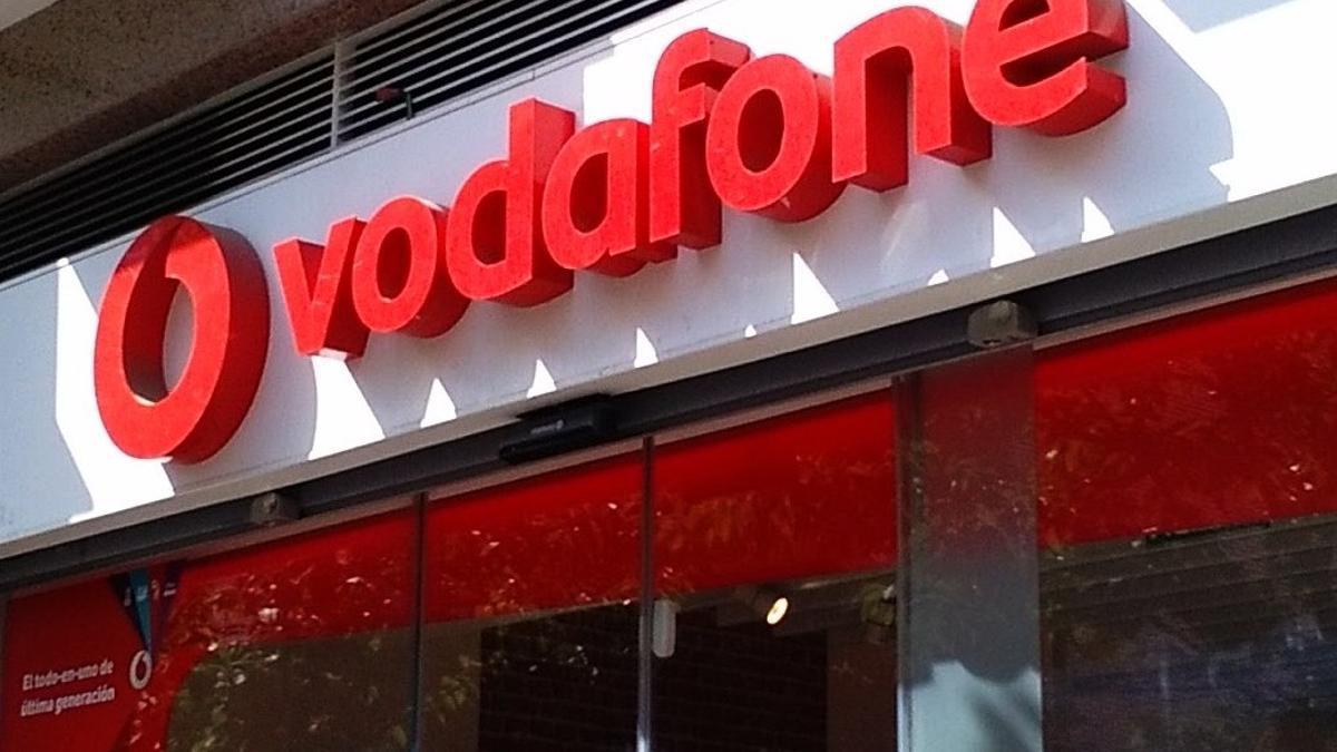 Archivo - Imagen de un letrero de Vodafone.