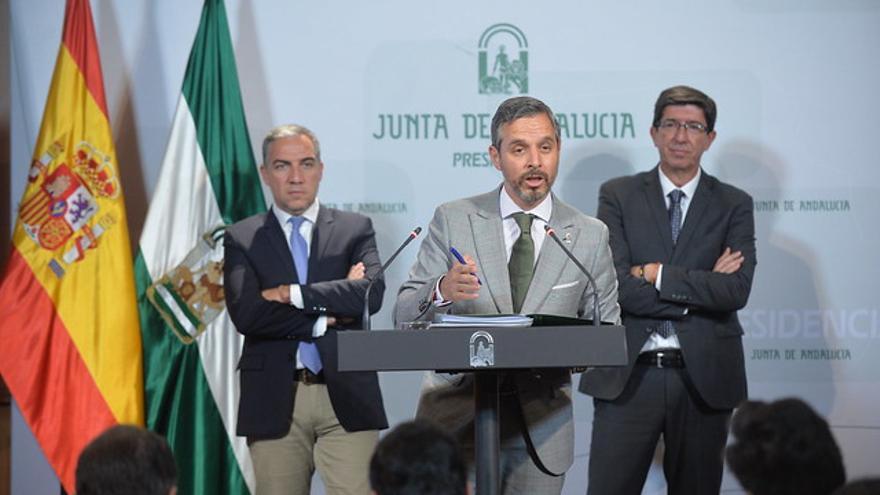 Elías Bendodo (PP) y Juan Marín (Ciudadanos) acompañan al consejero de Hacienda, Juan Bravo, en la presentación del Presupuesto andaluz.