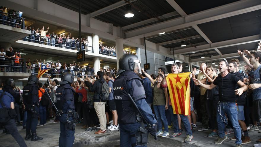 Agentes de la Policía Nacional controlan la zona de parada de autobuses a los manifestantes en el aeropuerto de El Prat.