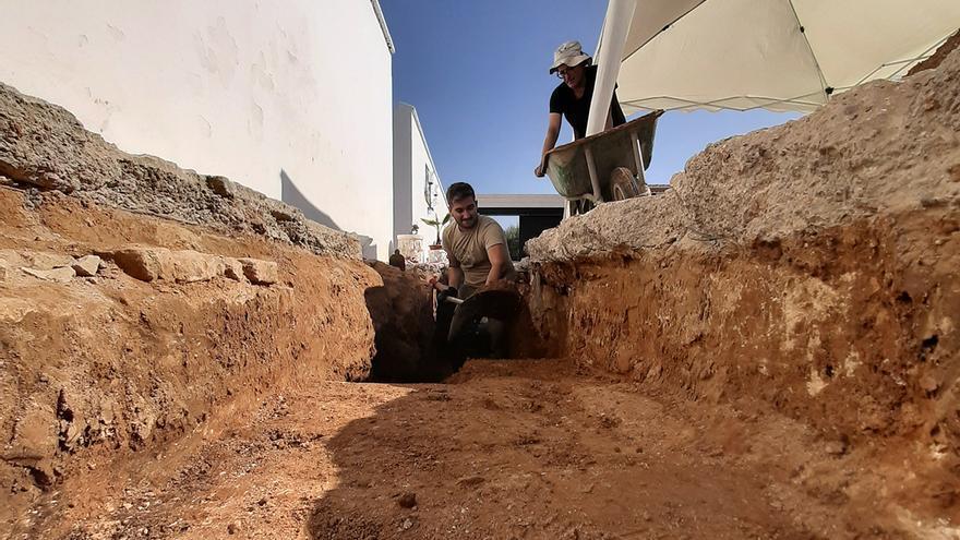 Trabajos arqueológicos en el cementerio de Benacazón (Sevilla).   JUAN MIGUEL BAQUERO