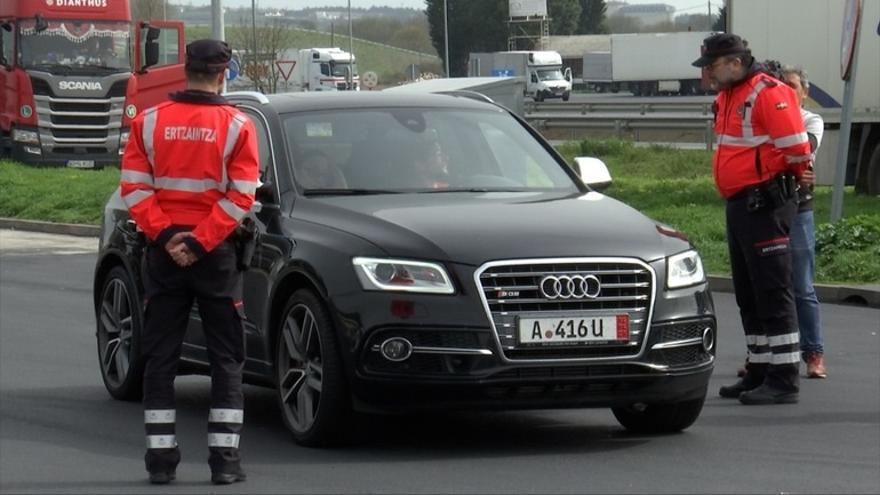 Una patrulla de la Ertzaintza realiza un control a un vehículo extranjero