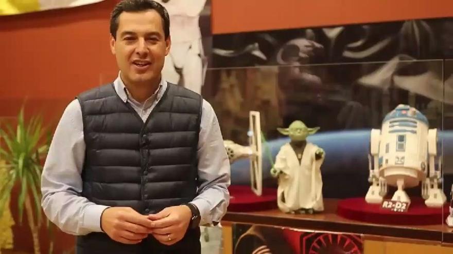 Juanma Moreno (PP) en Córdoba junto a dos personajes de la saga 'Star Wars'
