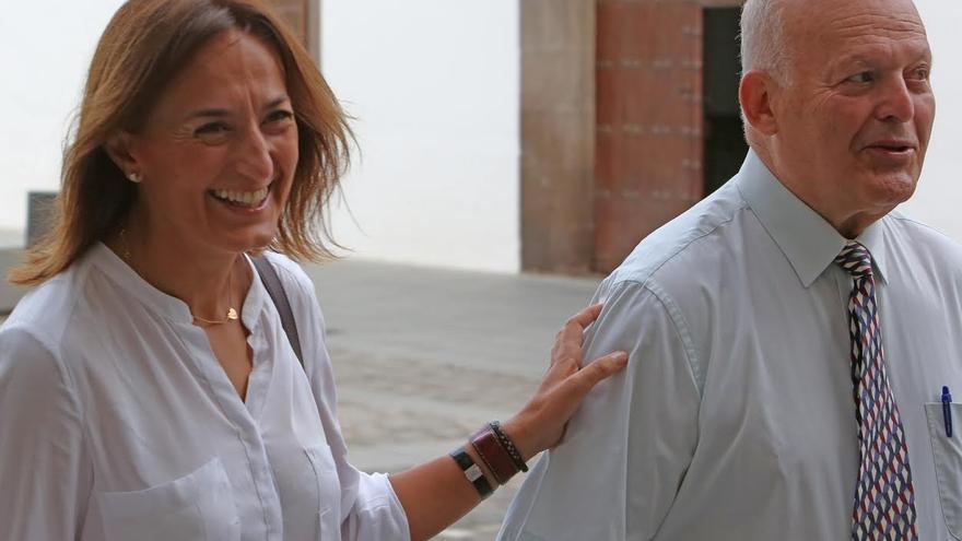 Eligio Hernández, habitual defensor de corruptos y oprimidos de la tierra, y Águeda Montelongo, oprimida, a su llegada al Palacio de Justicia de Las Palmas de Gran Canaria. (ALEJANDRO RAMOS)