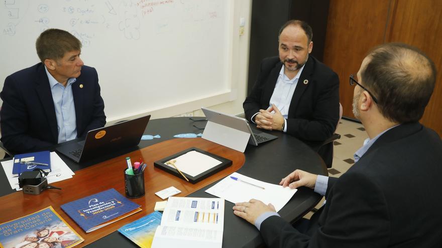 El consejero de Transición Ecológica, junto al vicerrector de Investigación de la ULPGC y con el vicerrector de Coordinación.