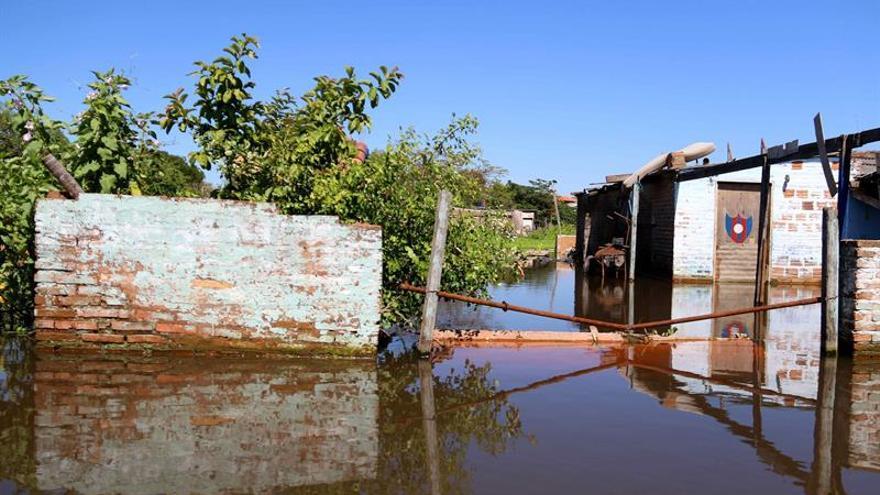 Zonas ribereñas conviven con la insalubridad por las inundaciones en Paraguay