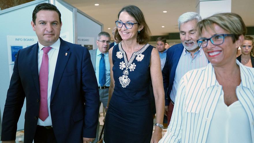 José Julián Mena, alcalde de Arona; la ministra Reyes Maroto, y la delegada del Gobierno español en Canarias, Elena Máñez