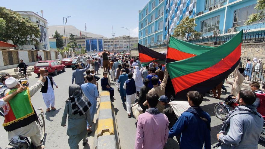 La bandera afgana desafía a los talibanes en el día de la Independencia