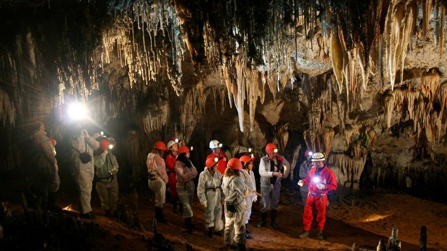 Visita de turismo-aventura en la cueva El Soplao.