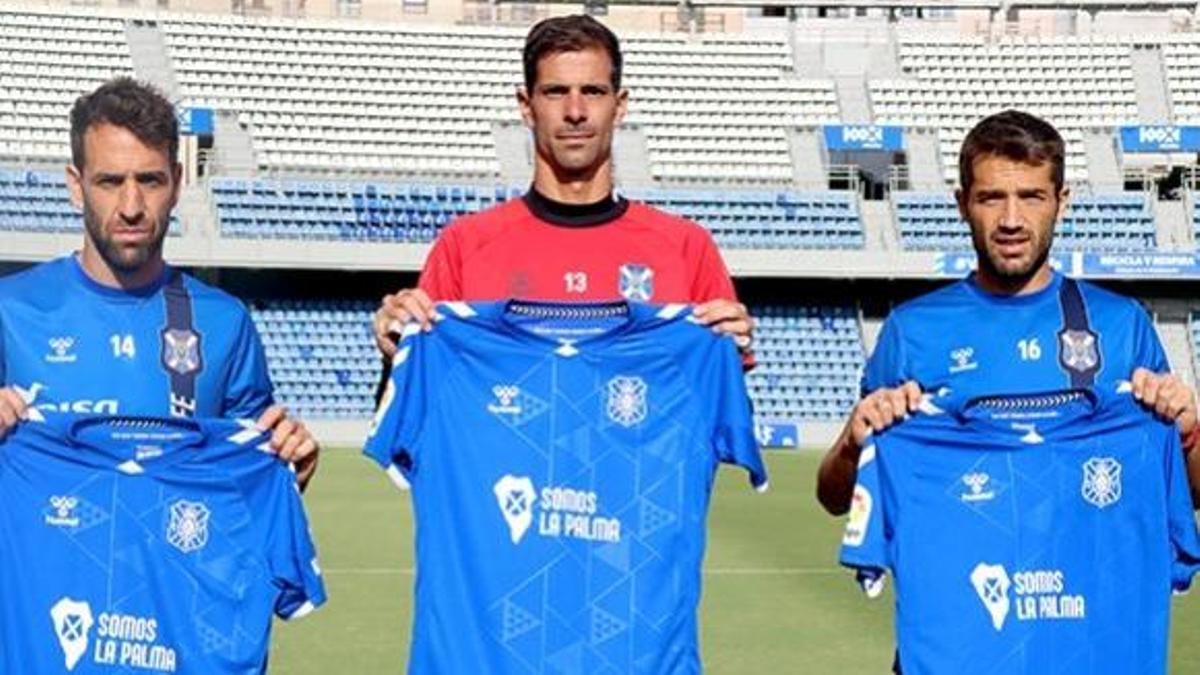 Los capitanes blanquiazules, con la camiseta de apoyo a La Palma