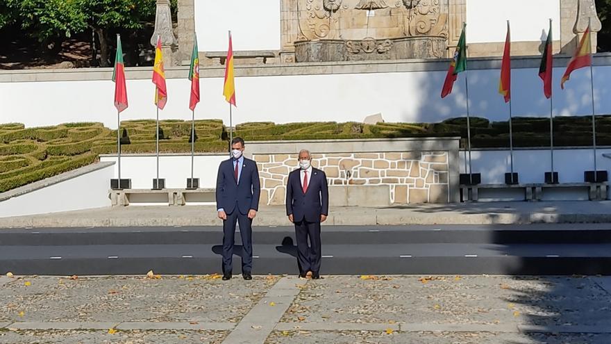 El presidente del Gobierno, Pedro Sánchez, con el primer ministro portugués, Antonio Costa, en la XXXI Cumbre Hispano-Lusa