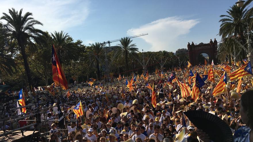 Miles de personas salen a la calle en Barcelona en una manifestación con Colau