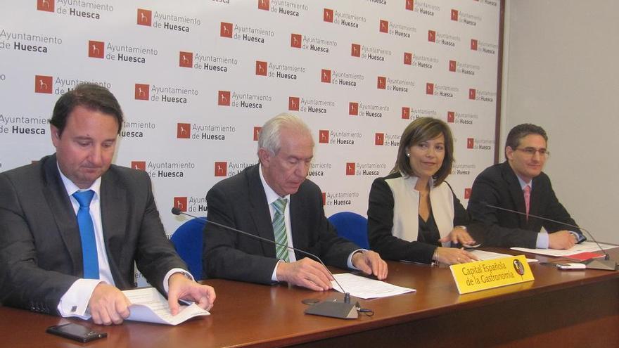 Luis Irzo, primero por la derecha, cuando ocupó el cargo de concejal Desarrollo del Ayuntamiento de Huesca