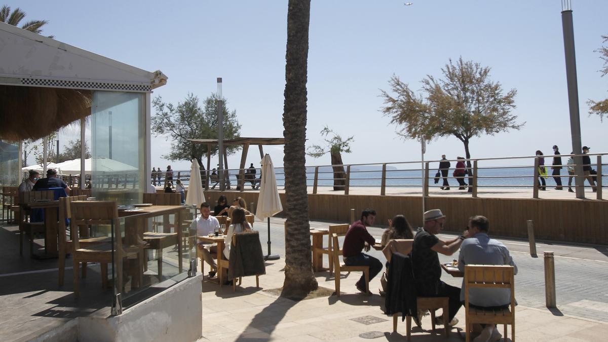 Varias personas en la terraza de un bar, a 11 de abril de 2021, en Mallorca, Islas Baleares (España).