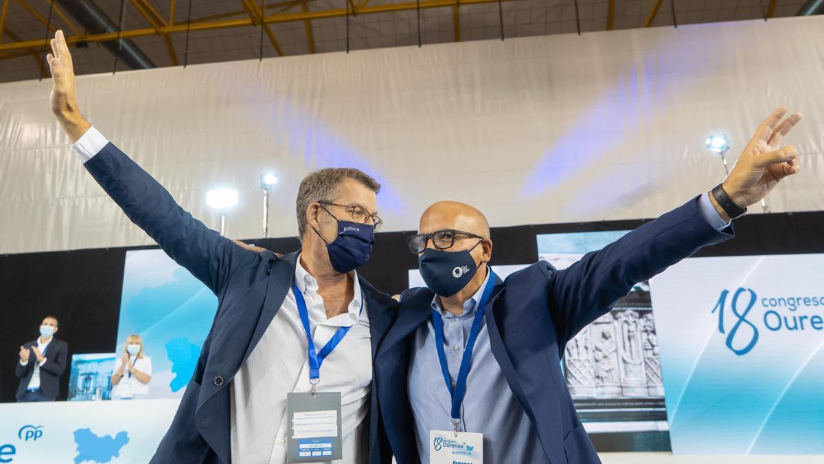 El presidente del PPdeG, Alberto Núñez Feijóo, junto al presidente del PP de Ourense, Manuel Baltar, en el 18º Congreso Provincial del partido.